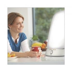 Frau mit Tageslichtlampe - Tageslichtlampe Test