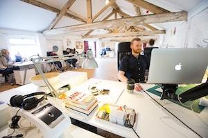 Eine Tageslichtlampe bietet bessere Lichtverhältnisse am Schreibtisch